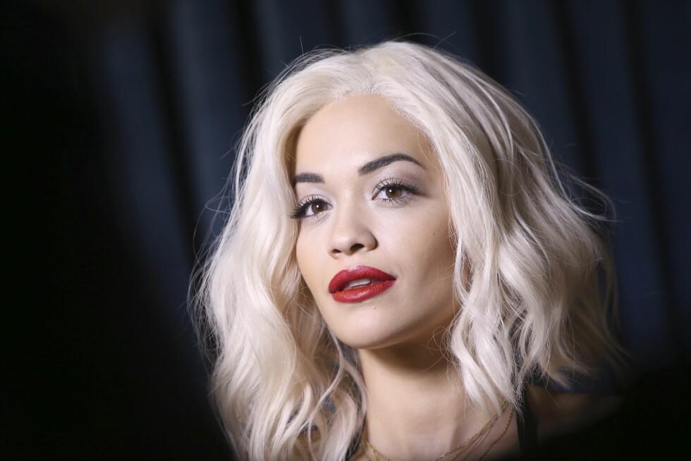 <strong>TRENDY FARGE:</strong> Rita Ora er blant de mange kjendiskvinnene som har gått for en platinablond look. Foto: INVISION