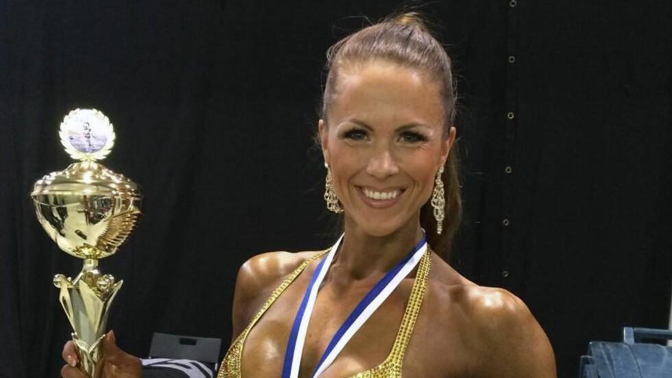 VANT GULL: Brun og blid! Jeanette vant gull under Nordisk mesterskap i fitness. Nå satser hun mot EM. Foto: Privat