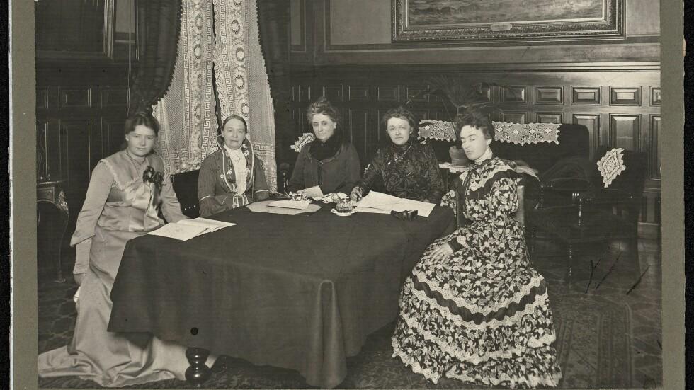 KVINNEDAGEN: Norske Kvinners Nasjonalråd (NKN) ble stiftet i 1904 og var en paraplyorganisasjon for de etter hvert mange kvinneorganisasjonene som hadde oppstått. Her ser vi det første styret. Foto: NTB scanpix