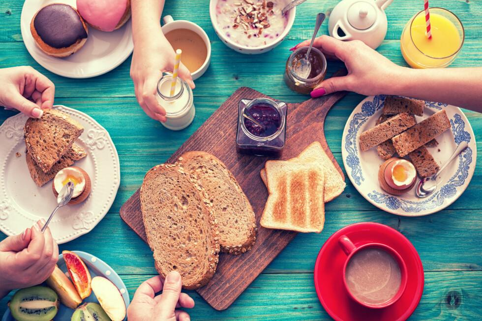 FROKOST: Velg hva du liker å spise til frokost. Om det er havregrøt, egg, brødskive eller smoothie. Er du den som ikke har matlyst - ta med deg noe i farten!  Foto: Shutterstock / K2 PhotoStudio