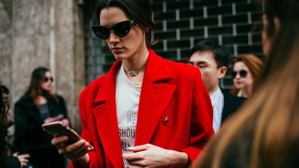 STILTIPS: En rød jakke som denne vil gi antrekket ditt det lille løftet det kanskje trenger! Foto: Rex Features