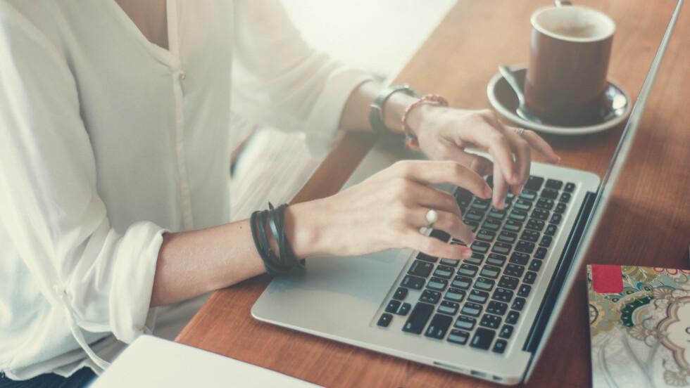 SØKE JOBB: Når du skal søke jobb kan det være lurt å rydde litt opp i Facebook-profilen din. Det er nemlig ikke uvanlig at arbeidsgiver sjekker deg ut i sosiale medier.  Foto: Shutterstock / Roma Black