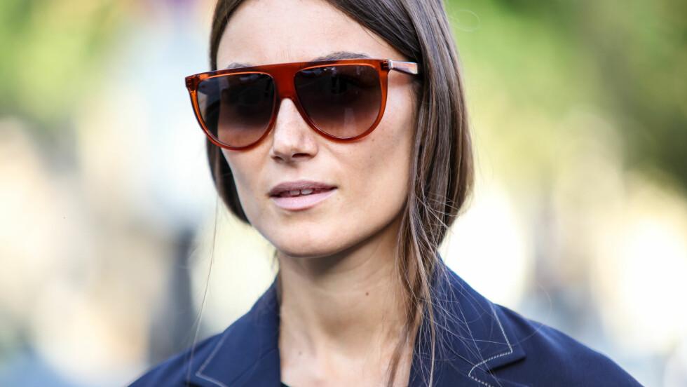 TREND: Solbriller med ramme hvor den øvre delen er helt rett er det hotteste nå! Foto: SipaUSA