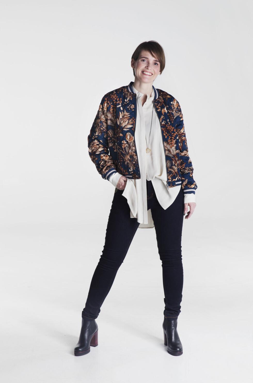FEMININ STIL: Jakke (kr 1599, Gestuz/Walk-in Closet), bluse (kr 1299, Just Female/Walk-in Closet), jeans (kr 1199, Gestuz/Walk-in Closet), ankelstøvler (kr1799, Shoe + Shoe).  Foto: Yvonne Wilhelmsen