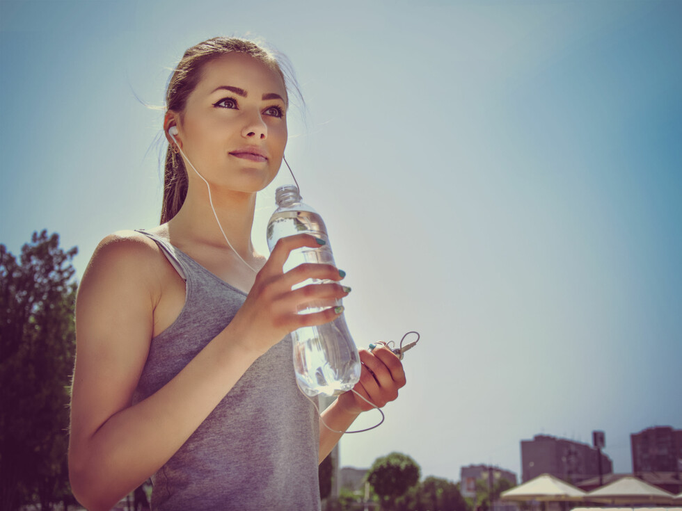 RETT GJENNOM: Det som kommer inn skal også ut, og det første du bør se på er derfor om du drikker mer enn vanlig. Foto: Shutterstock / Alex Shalamov