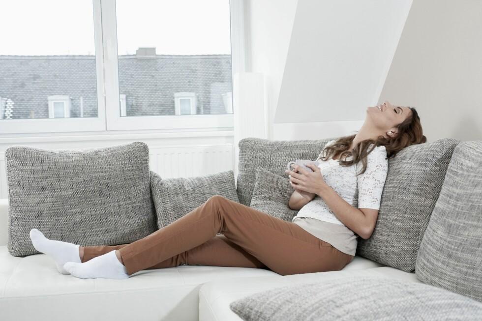 <strong>FREDAGSKVELD I SOFAEN:</strong> Introverte velger gjerne en kveld i sofaen fremfor en fest med mange ukjente mennesker.  Foto: REX/Mito Images/All Over Press