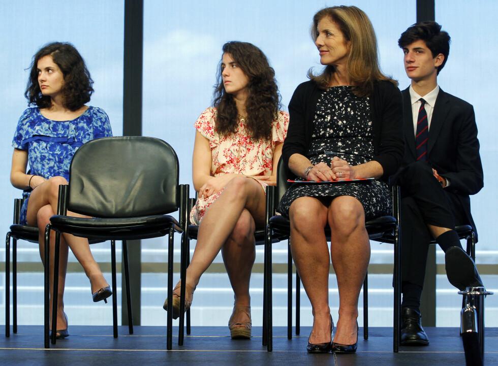 ENGASJERTE: Caroline Kennedy Schlossberg med sine tre barn Rose (t.v.) Tatiana og Jack under en seremoni ved The Kennedy Library i Boston i 2011. Foto:  Foto: NTB Scanpix