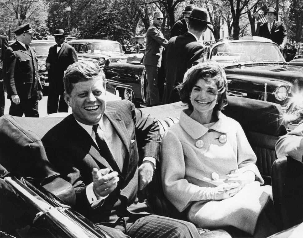 LYKKELIGE TIDER: President John F. Kennedy og førstedame Jackie Kennedy fotografert i mai 1961. Hadde de levd i dag hadde de vært henholdsvis 99 år og 87 år. Foto:  Foto: NTB Scanpix