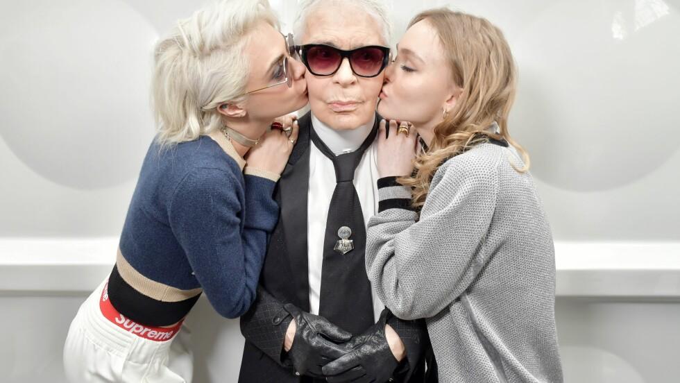 CHANEL: Karl Lagerfeld får et kyss på kinnet av Cara Delevingne (t.v.) og Lily Rose Depp (t.h.) etter visningen. Foto: Rex Features