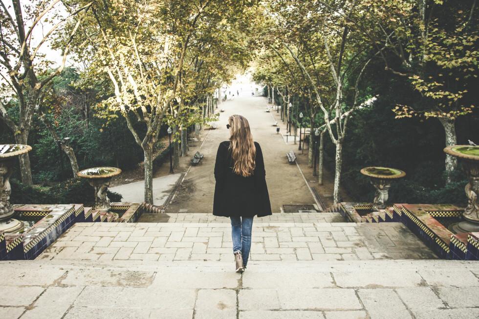 EN GÅTUR KAN HJELPE: Når du er fyllesyk er nervesystemet i ubalanse, men en rolig gåtur i frisk luft kan gjøre at du psykisk får det bedre med deg selv.  Foto: Shutterstock / Kuba Barzycki