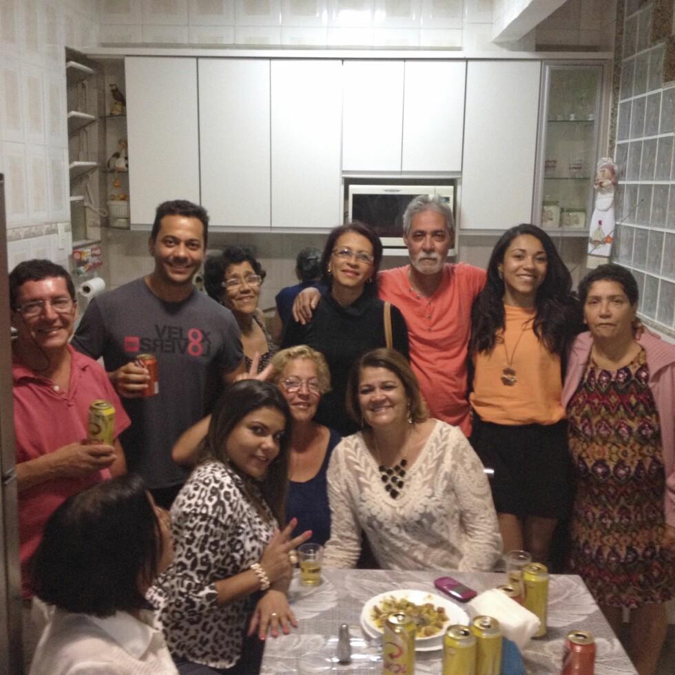 FANT FAMILIEN: I 2015 reiste Christina til Brasil for å finne familien sin der. Det lyktes, og hun møtte sin mamma (til høyre) og øvrig familie. Foto: Privat