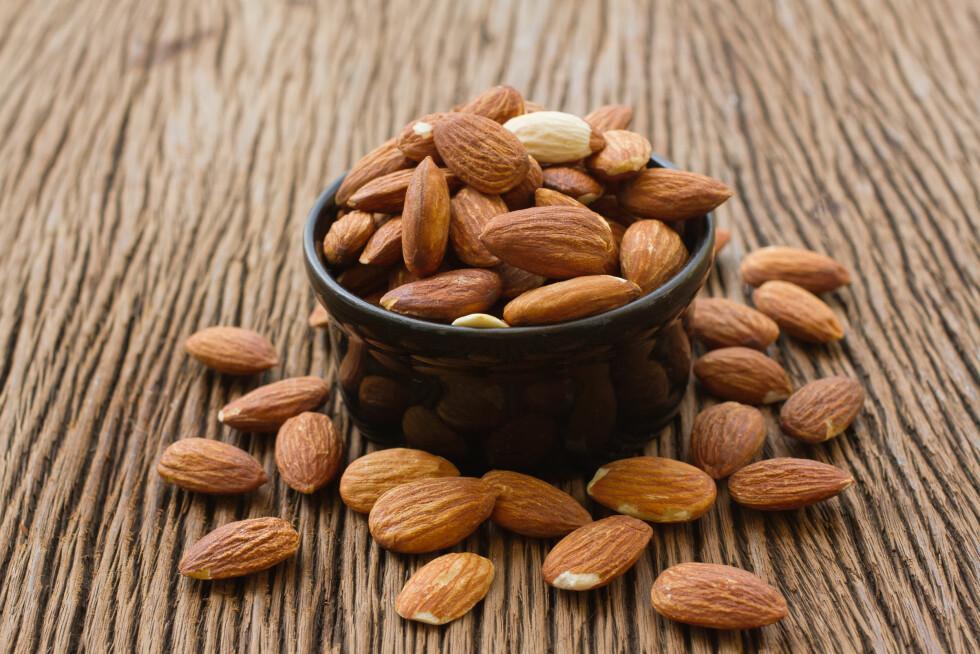 MAGNESIUM: Dersom du er plaget med leamus kan du prøve å spise mandler. Mandler er nemlig en god kilde til magnesium.  Foto: praisaeng - Fotolia