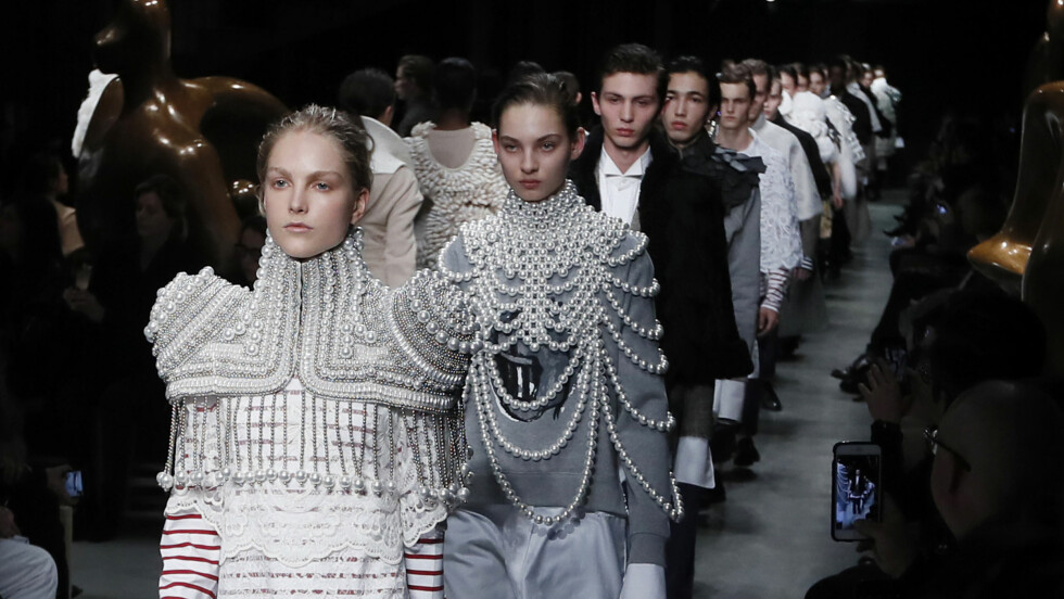 BURBERRY: Det britiske motehuset viste en helt ny side av seg selv under London Fashion Week. Foto: AP