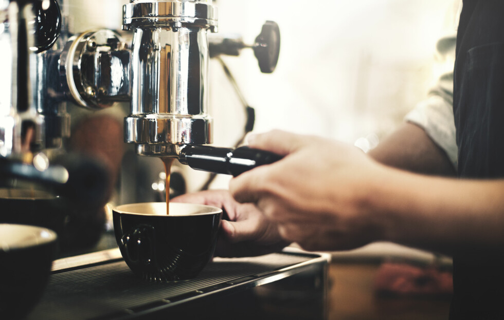 FOR MYE KAFFE: - Hjertebank, uregelmessig hjerterytme, hodepine, rastløshet, irritabilitet, nervøsitet, forstyrret søvn og urolig mage kan være måter kroppen sier i fra på at det nå er for mye koffein i kroppen. Foto: Shutterstock / Rawpixel.com