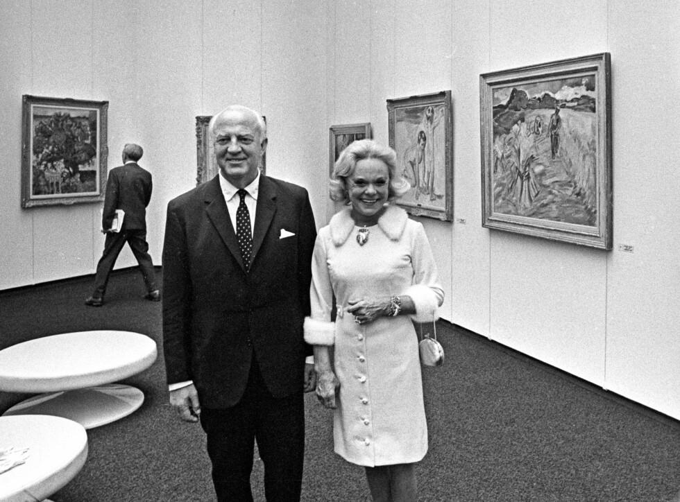 KUNSTARV: Etter to kortere ekteskap i USA giftet Sonja seg i 1956 med skipsrederen Niels Onstad. Sammen bygget de opp en enorm kunstsamling, som i 1968 ble gjort tilgjengelig for allmennheten, da Henie-Onstad Kunstsenter åpnet på Høvikodden i Bærum. Et drøyt år senere, 12. oktober 1969, døde Sonja Henie av leukemi, bare 57 år gammel, i et fly på vei fra Paris til Oslo. Konge - familien var til stede i begravelsen. Foto: NTB scanpix