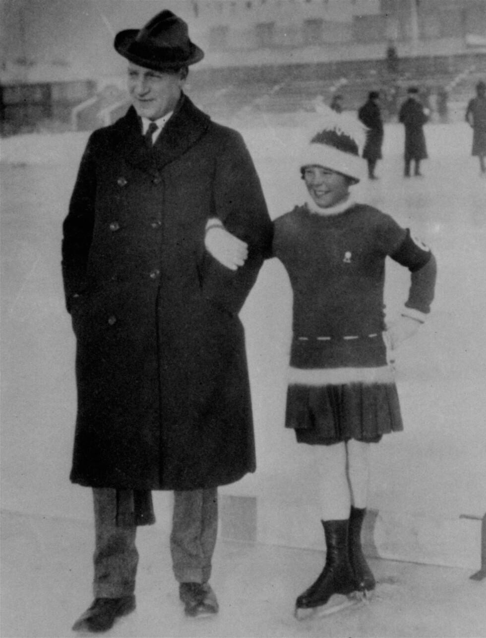 TIDLIG KRØKES: Sonja Henie med olympisk mester og prisidenten av det internasjonale skøyteforbundet Ulrich Salchow i Wien i 1925.    Foto: NTB scanpix