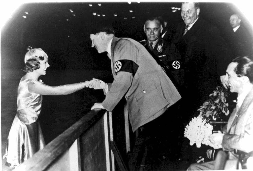 KONTROVERSIELT: Sonja Henie blir gratulert av Adolf Hitler etter at hun vant gull i OL i Garmisch-Partenkirchen i 1936. Foto: NTB scanpix