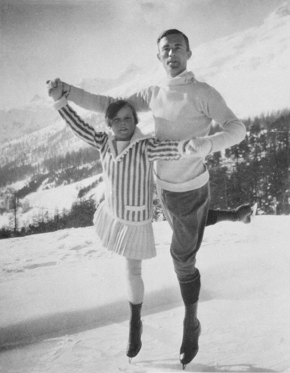 FØRSTE OL: Sonja var bare 11 år da hun deltok i sitt første OL i Chamonix i Frankrike i 1924. Hun kom sist av alle, og faren hennes, Wilhelm Henie klaget over resultatet og mente at Sonja ikke ble tatt på alvor på grunn av sin unge alder. Her poserer hun i Chamonix med OL-vinneren Gilles Grafstrom. Foto: NTB scanpix