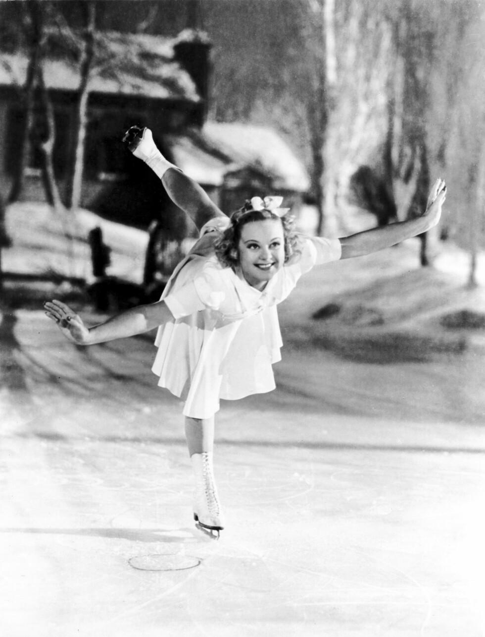 LETTBEINT: «Striper'n», der hun gled baklengs i en evighet med det ene beinet strukket opp bak, var Sonjas glansnummer, etterfulgt av utallige piruetter. Alle filmene hennes var sentrert rundt skøyteferdighetene hennes, som den romantiske komedien «Second Fiddle» (1939, bildet). Foto: NTB scanpix