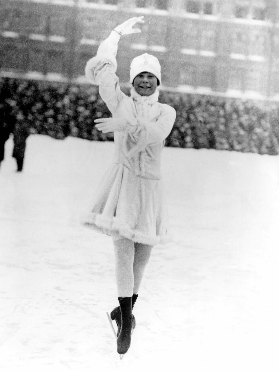 GJENNOMBRUDDET: Sonja debuterte 11 år gammel med OL-deltakelse i 1924, der hun endte sist. På hjemmebane i Oslo tok Sonja, nå 14 år gammel, sitt aller første VM-gull i 1927. Og det skulle bli flere; til sammen 10 verdensmesterskap på rad fra 1927-36 og seks europamesterskap mellom 1931-36, i tillegg til de 3 OL-gullene. Dette gjør henne til historiens mestvinnende kvinnelige kunstløper. Foto: NTB scanpix