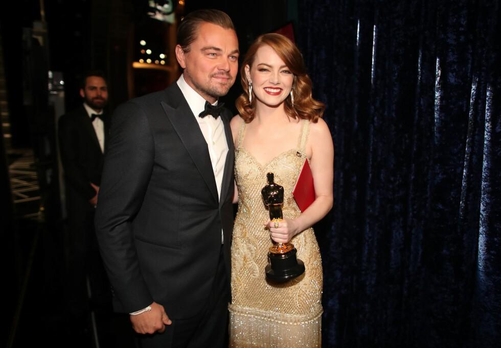 OSCAR-NATTEN: Leonardo DiCaprio fikk æren av å overrekke beste skuespillerinne-tittelen til Emma Stone under årets Oscar-natt. Foto: AFP