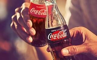 Klarer deltakerne å smake forskjellen på Cola med og uten sukker?