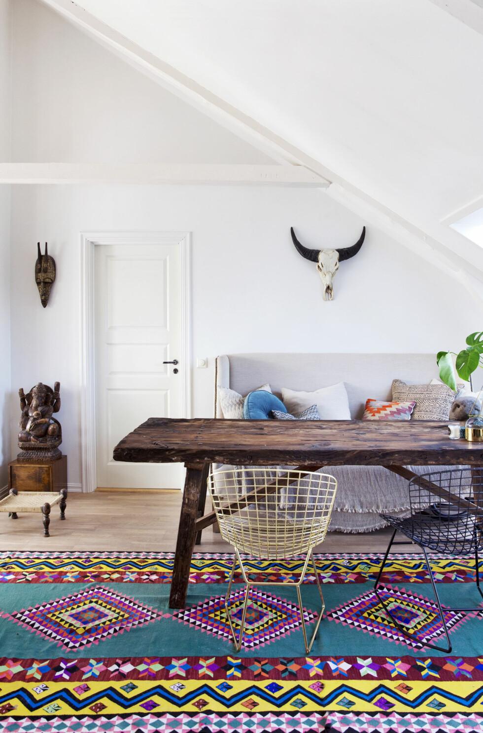 ETNISKE VIBBER: Et fargerikt kelimteppe samler rommet og gir et edgy, moderne preg.  Foto: All Over Press Norway