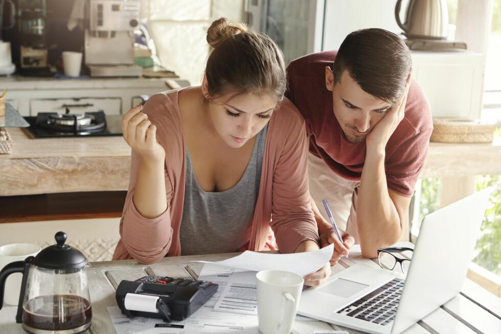 OVERSIKT: Det er kanskje ikke så romantisk, men det er viktig at dere snakker om økonomi i starten av et forhold.  Foto: Shutterstock / WAYHOME studio