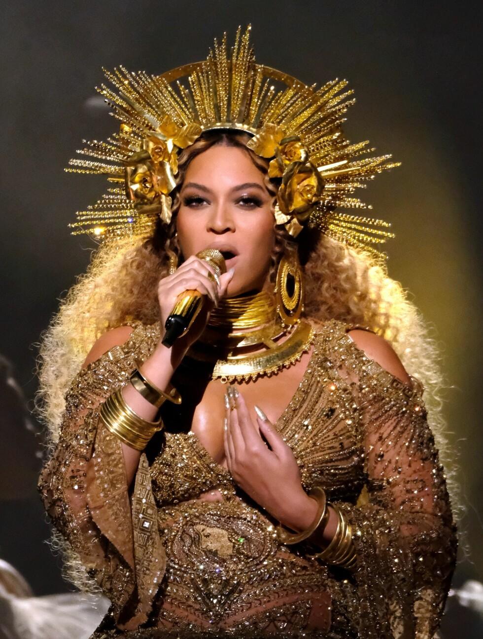 GRAMMY AWARDS: Beyonce opptrer i antrekk designet av Peter Dundas. Foto: AFP