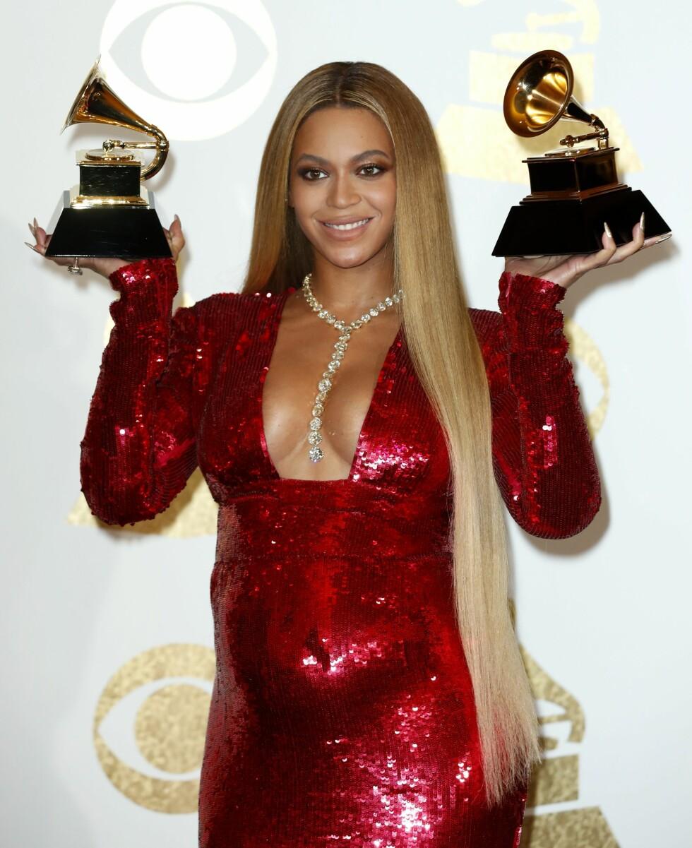 GRAMMY AWARDS: Beyonce viser frem sin voksende babymage i en tettsittende, rød, paljettbelagt kjole. Foto: Epa