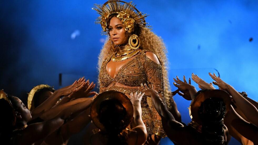 GRAMMY AWARDS: Beyonces opptreden glitret litt ekstra i dette ekstravagante antrekket designet av norske Peter Dundas. Foto: AFP