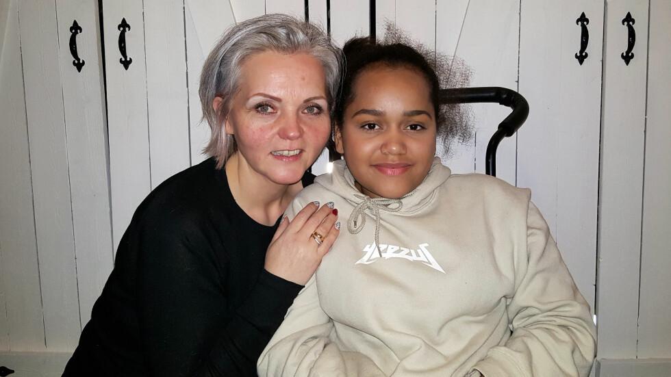 SITTER I RULLESTOL: I dag sitter Andin i rullestol, fordi strålebehandlingen ødela nervene hennes. Hun må leve med både rullestolen og kreften resten av livet.  Foto: Privat.