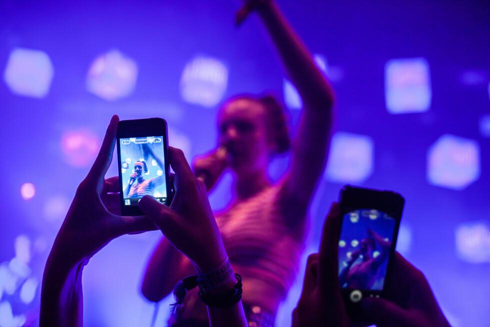 ALLTID NOE Å DOKUMENTERE: Mange av oss lever gjennom kameralinsen på mobilen vår.  Foto: Gonzales Photo