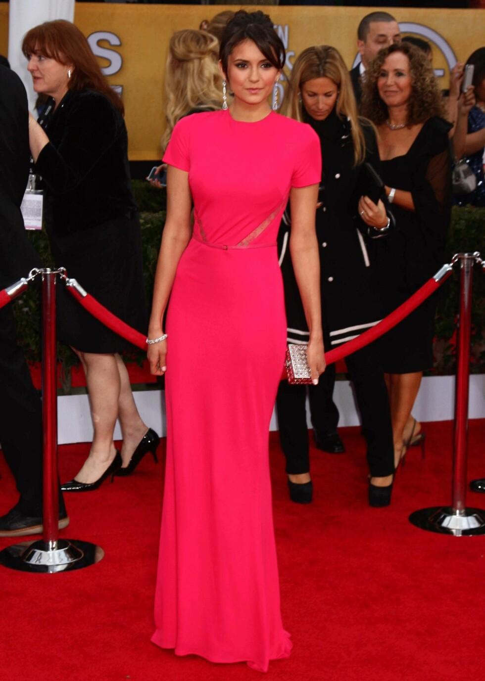 2013: Kjolen til Nina Dobrev er så flott at vi syns hun egentlig ikke trenger de store, glitrende øredobbene! Foto: Scanpix