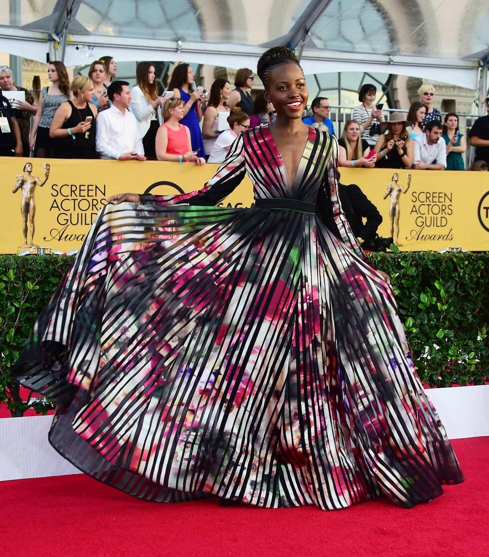 2015: Nok en gang slår Lupita Nyong'o til! Denne fantastiske kjolen er fra Elie Saab. Foto: Afp