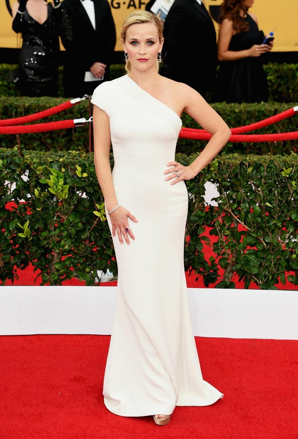 2015: Reese Witherspoon er så vakker i denne hvite kjolen. Vi elsker skulderdetaljene! Foto: Afp