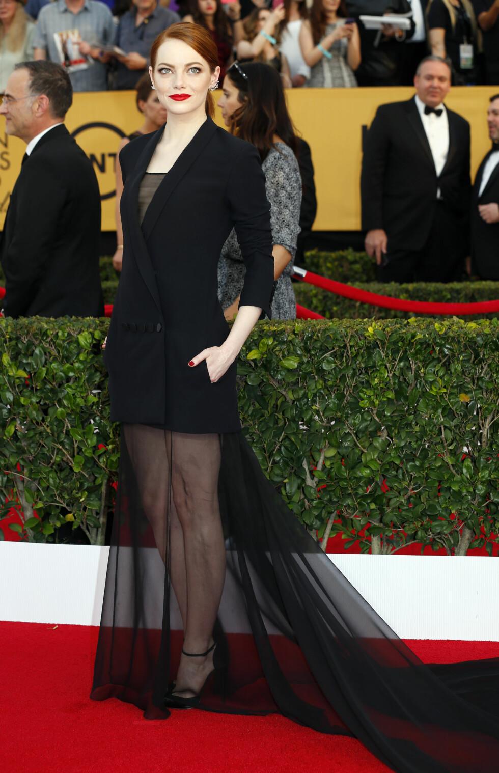2015: Emma Stone overrasket alle med denne dressjakke/kjole-varianten. Vi liker! Foto: Reuters