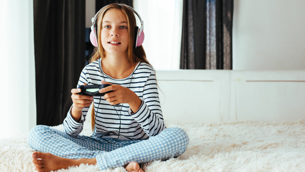 GAMING: Videospill er hverken asosialt eller usunt i seg selv, men for mye «gaming» kan føre til isolering og fysiske plager.  Foto: Shutterstock / Alena Ozerova