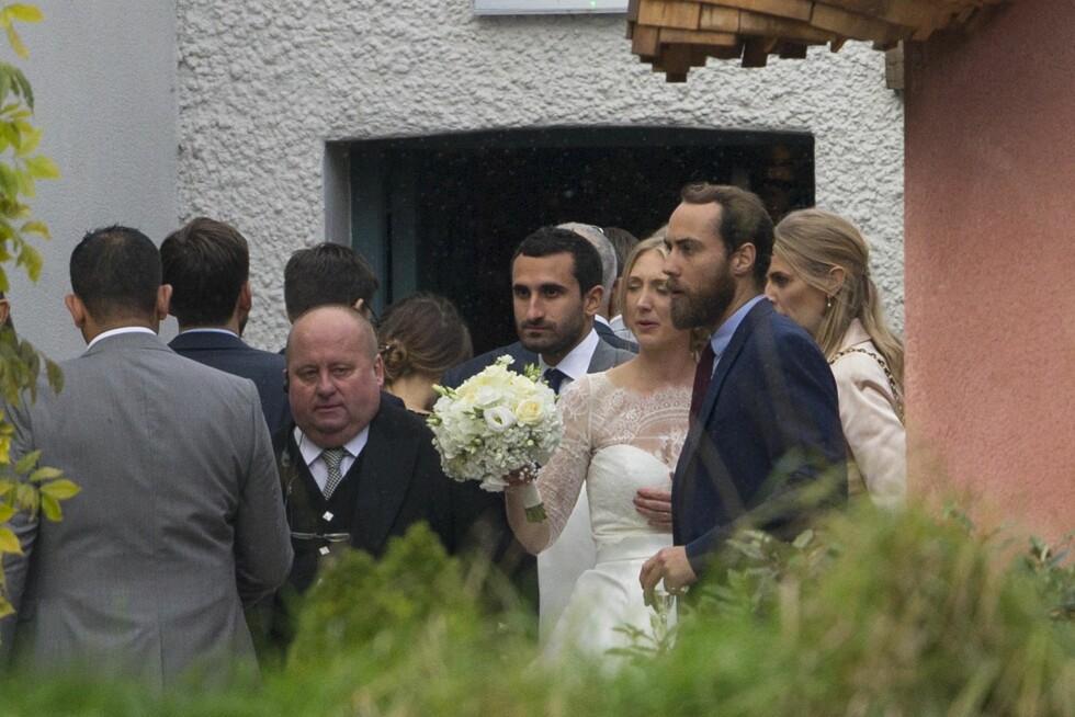 NESTE PAR UT?: Mange spekulerer i om James og Donna Air snart skal gifte seg. Men mest sannsynlig er det storesøster Pippa som går opp altergangen først. Dette bildet er tatt i bryllupet til Donnas søsters bryllup i fjor høst.  Foto:  Foto: NTB Scanpix