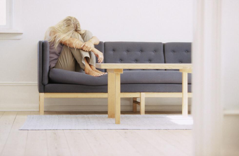 MYE ALENE: Er du stadig sjeldnere sosial? Det er et av de første symptomene på utbrenthet.  Foto: NTB Scanpix