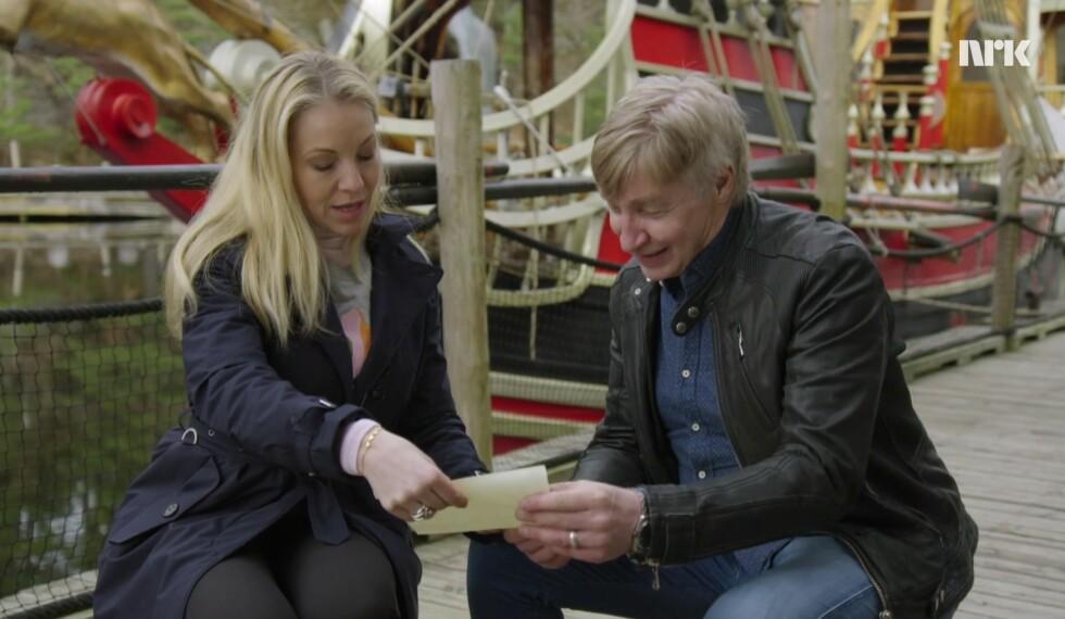 FIKK SJOKK: Janne Formoe overrasket faren Terje Formoe med nyhetene om at hun har ekte sjørøverblod på morens side. - Nå ble jeg nesten litt sjalu! utbryter «Kaptein Sabeltann»-generalen til datteren. Foto:  Foto: NRK
