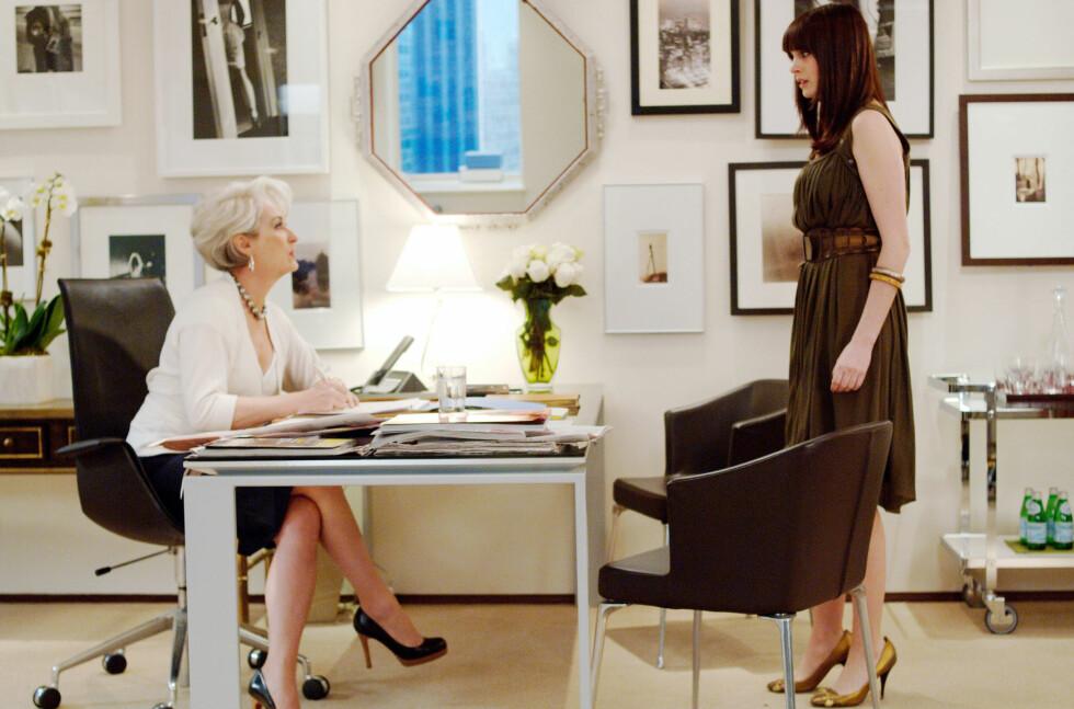THE DEVIL WEARS PRADA: Miranda Priestly (Streep) og Andy Sachs (Hathaway) på kontoret til redaktøren. Foto: Mary Evans Picture