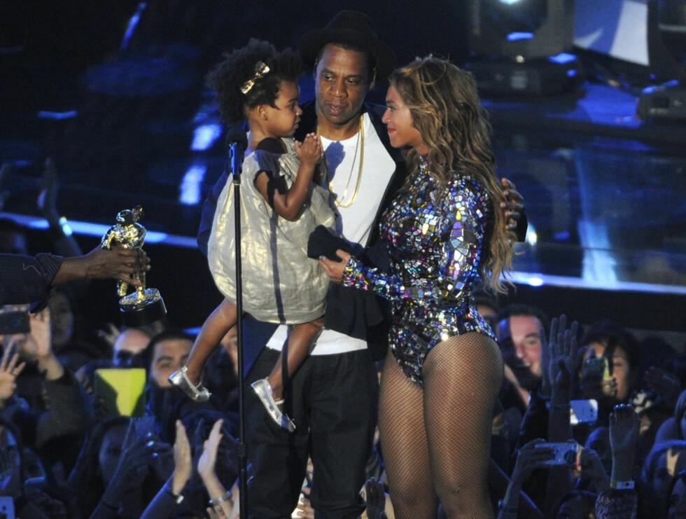 TRE BLIR FEM: Beyoncé og ektemannen Jay Z med Blue Ivy  på scenen under MTV Video Music Awards i 2014. I løpet av året utvides familien med to nye medlemmer. Foto:  Foto: NTB Scanpix