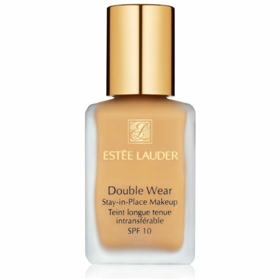 Kvinnene som har anmeldt Double Wear Stay In Place Makeup fra Estée Lauder forteller at de elsker den for den høye dekkevnen og gode holdbarheten.  Foto: Vita