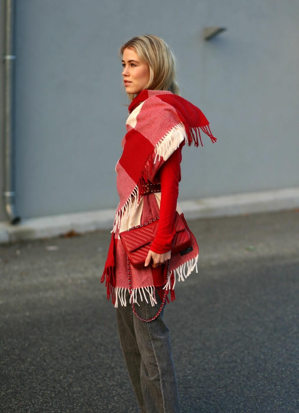 SKJERFET: Annabel Rosendahl viser deg hvordan du kan bruke ullskjerfet ditt på kreative måter. Foto: Annabelrosendahl.com