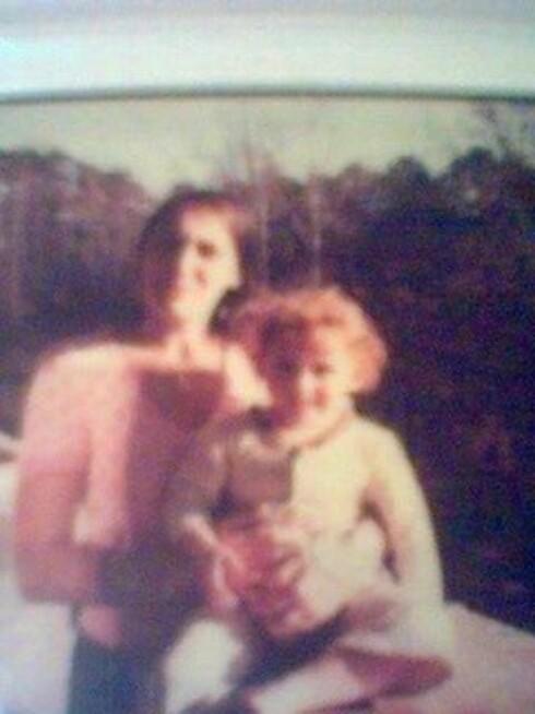 <strong>MED MOREN:</strong> Et uskarpt bilde er det eneste Lise har av seg selv og moren sammen. Foto:  Foto: Privat