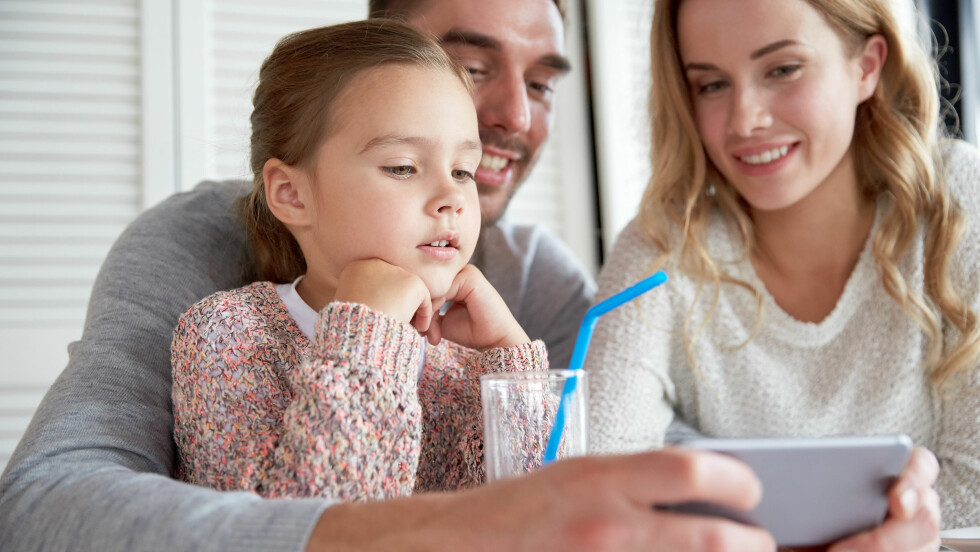 PASS PÅ HVA DU SIER FORAN BARN: Ifølge eksperten er barn som svamper. De suger til seg foreldrenes språk og vaner.  Foto: Shutterstock / Syda Productions