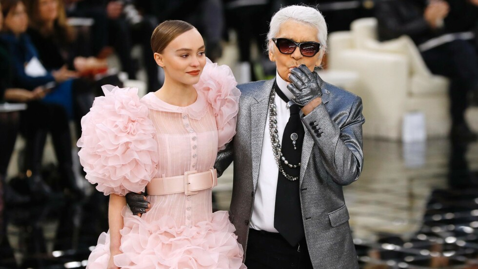 CHANEL HAUTE COUTURE: Lily-Rose Depp stjal showet i denne kreasjonen signert Karl Lagerfeld. Foto: AFP
