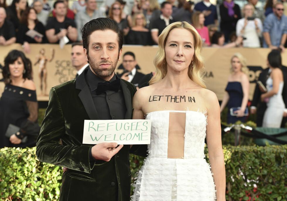 DEMONSTRERTE: Jocelyn Towne og Simon Helberg valgte å demonstrere mot Trump på den røde løperen under årets SAG Awards. Foto: AP
