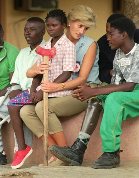 NÆRKONTAKT: I januar 1997 besøkte Diana byen Luanda i Angola, som på den tiden huset mange landminer. På fanget til Diana satt den da 13 år gamle jenta Sandra Thijica, som mistet sin venstre legg da hun jobbet med sin mor ute i et minefelt i 1994. Foto:  Foto: NTB Scanpix